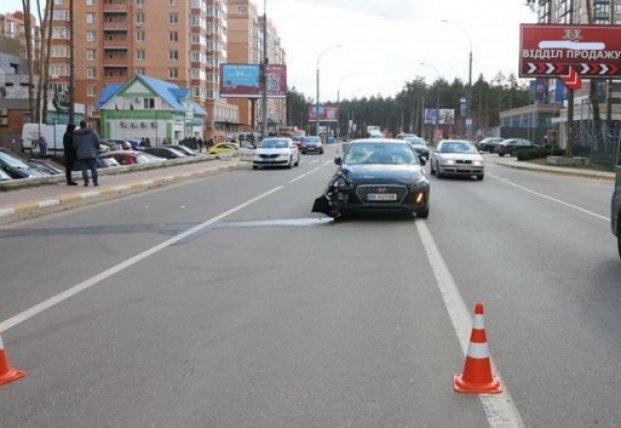 Под Киевом Hyundai снес двух девушек на дороге (видео)