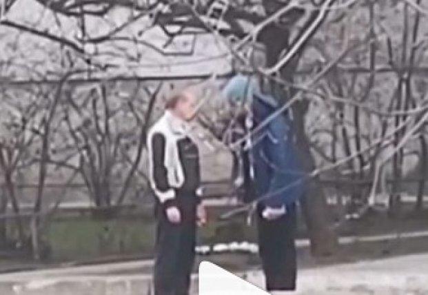 С молотком и объятьями: в Запорожье запечатлели странную драку (видео)