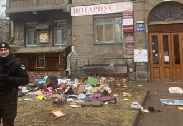 В Киеве девушка выбросила из окна вещи бывшего парня