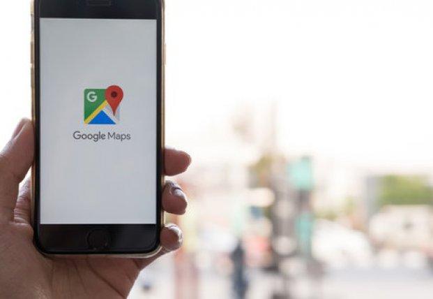 Художник создал пробки в Google Maps, возя тележку со смартфонами