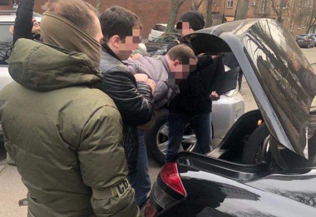 В Киеве задержали директора госпредприятия за взятку в полмиллиона гривен (фото)