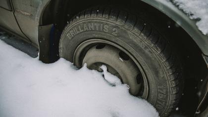 Автомобилист с семьей увяз в снегу на трассе в Кузбассе