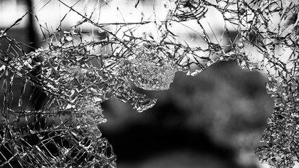 Мужчина разбил лобовое стекло автомобиля оппонентки лопатой в Шерегеше