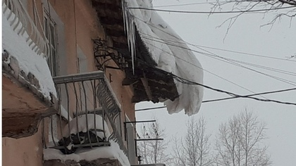 Опасные сугробы на крыше дома взволновали жителей кузбасского города