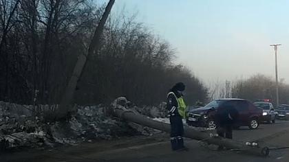 Водитель на легковушке снес придорожный столб в Ленинске-Кузнецком