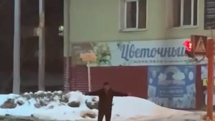 Горожан удивило неадекватное поведение мужчины на дороге в Ленинске-Кузнецком