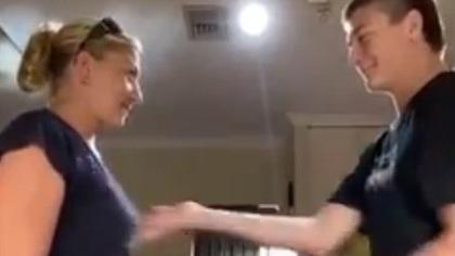 Подросток шлепнул свою мать по груди ради записи видео в Австралии