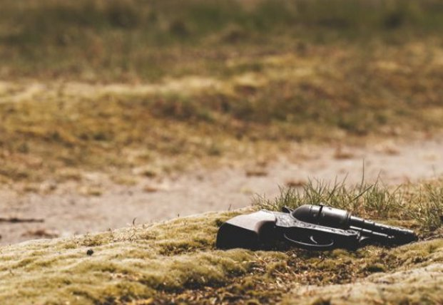 В Киеве разъяренная женщина устроила стрельбу на улице по мужу с ребенком
