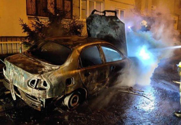 В Киеве вспыхнул пожар: машина выгорела дотла (фото)