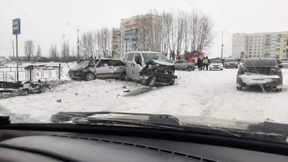 Три машины и светофор получили серьезные повреждения в массовом ДТП в Кузбассе
