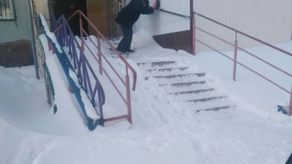 Кемеровчане пожаловались на опасную для жизни лестницу в подъезд