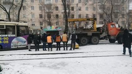 Трамвай сошел с рельсов на транспортной развязке в центре Кемерова