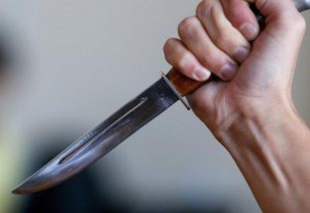 В Черкасской области мужчина напал на женщину с ножом и вытолкнул ее из окна квартиры