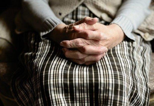 На Закарпатье бабушка сбежала из карантина через окно, чтобы купить платок на Пасху