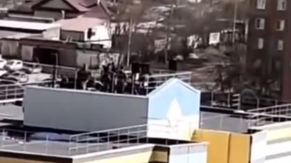 Музыканты устроили концерт на крыше высотки в Кемерове