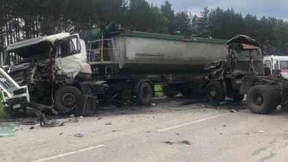 Столкновение грузовиков на кузбасской трассе привело к травмированию трех человек