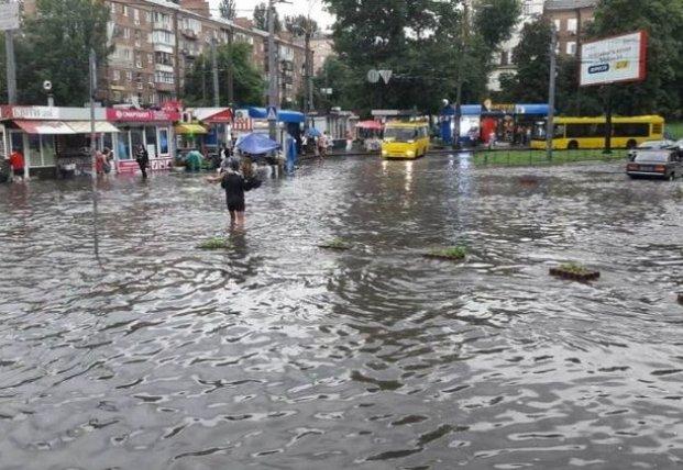 Залило квартиры и подземку: видео масштабного потопа в Киеве