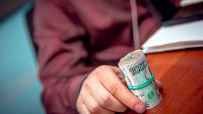 Новокузнечанка лишилась миллиона рублей после разговора с