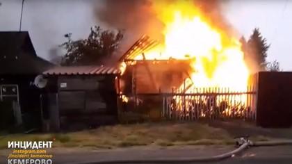Пожар уничтожил частную баню в Кемерове