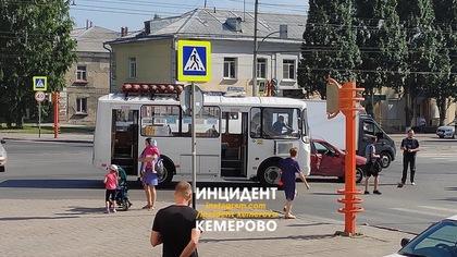Маршрутка протаранила легковушку возле вокзала в Кемерове