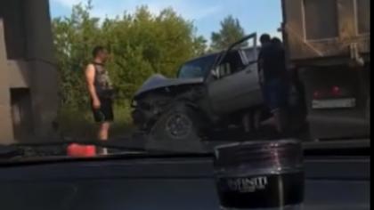 Иномарка превратилась в груду металла в результате ДТП в Новокузнецке