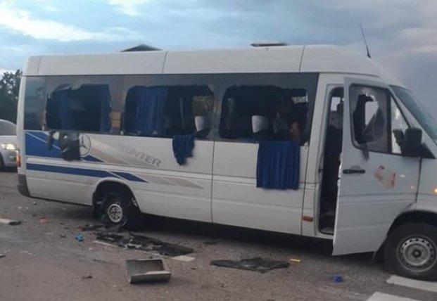 На трассе Киев-Харьков расстреляли микроавтобус (фото, видео)