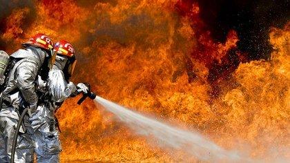 Мужчина с ребенком эвакуировался из горящего дома в Москве через окно