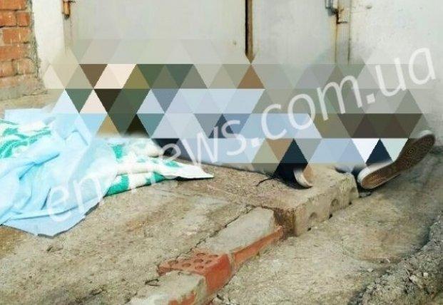 В Запорожской области, упав с крыши, погиб 21-летний парень (фото)