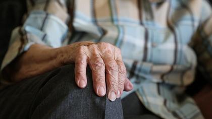 Директор центра Гамалеи заявил о тестировании вакцины от COVID-19 на пожилых россиянах
