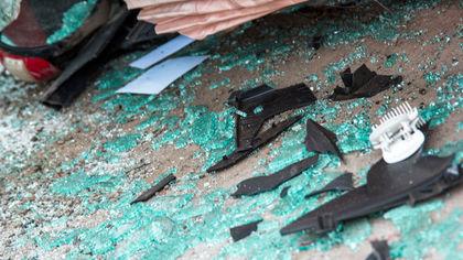 Неизвестный разбил стекло чужого автомобиля выброшенной бутылкой в Кемерове