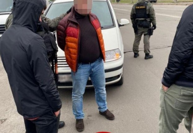 В Киеве задержали двух мужчин, которые требовали у предпринимателя 700 тыс. грн