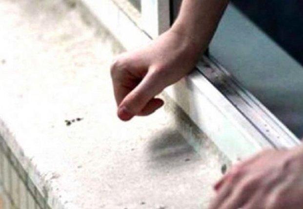 В Киеве из окна многоэтажки выпал 18-летний парень