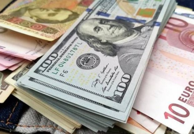 Курс валют: Нацбанк опустил гривну до минимума за два года