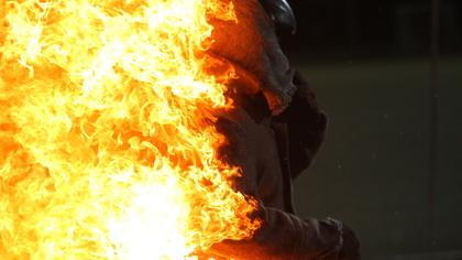 Крупный пожар в многоквартирном доме в Прокопьевске попал на видео
