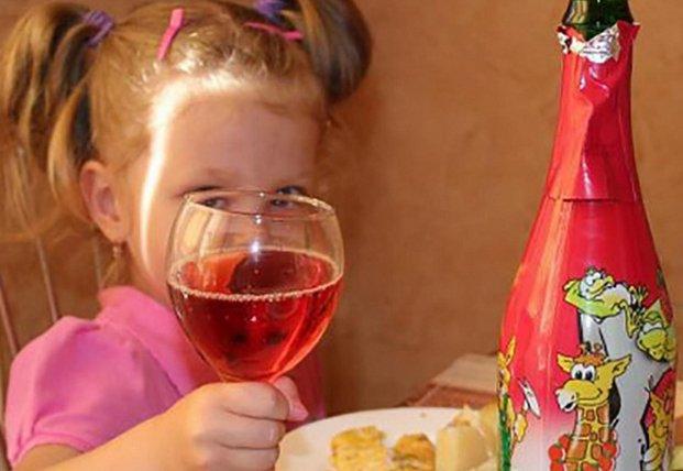 Медики рассказали об опасности детского шампанского