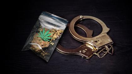 Суд назначил наказание полицейским за подброшенные наркотики в Энгельсе