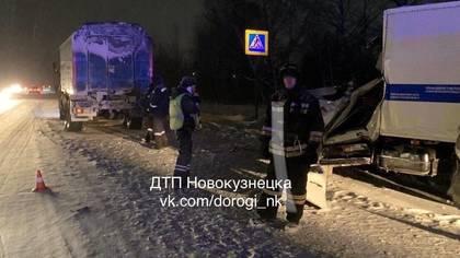 Полицейский автозак и КамАЗ столкнулись на кузбасской трассе