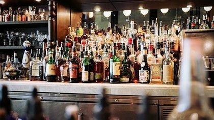 СК возбудил уголовные дела из-за работы петербургских баров в ночное время