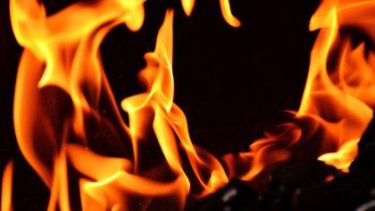 Пожарные продолжают тушение загоревшейся нефтяной скважины в Оренбургской области