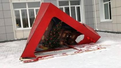 Вандалы разрушили новогоднюю фотозону в кузбасском поселке