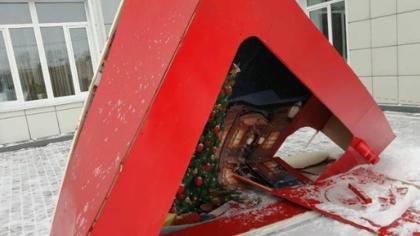 Власти заставили разгромивших фотозону в Белове вандалов извиняться на камеру