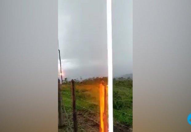 Бразилец снял на видео ударившую рядом молнию (видео)