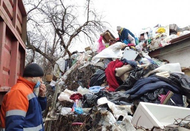 В Полтаве пенсионерка устроила огромную мусорную свалку (видео)