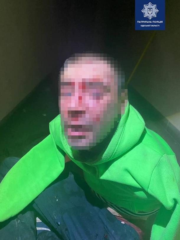 В Одессе мужчина мечом крушил двери соседей (фото)