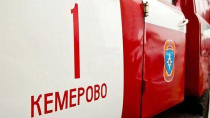 30 человек тушили пожар в кемеровском частном доме