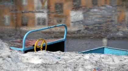 Кузбассовцы пожаловались на черный снег в городе