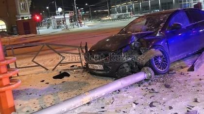 Въехавший в забор автомобиль снес пешеходный знак в Кемерове