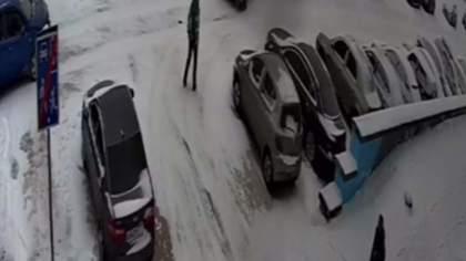 Неосторожность кемеровчанки привела к ДТП на парковке