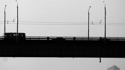 Автомобиль получил повреждения из-за ям на кузбасском мосту