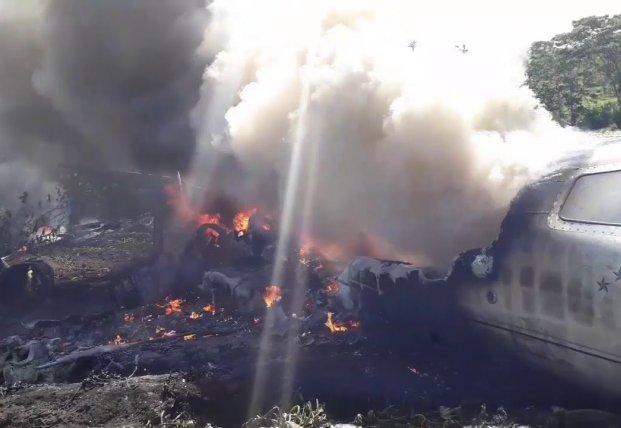 В Мексике разбился военный самолет